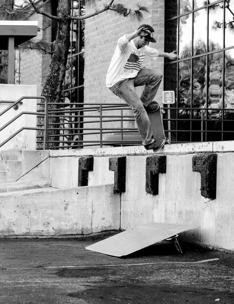 tom_karangelov_frontside_nosegrind_pop_into_the_grate